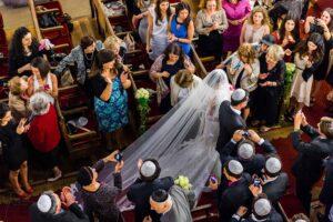 entrée dans la synagogue de la mariée au bras de son père